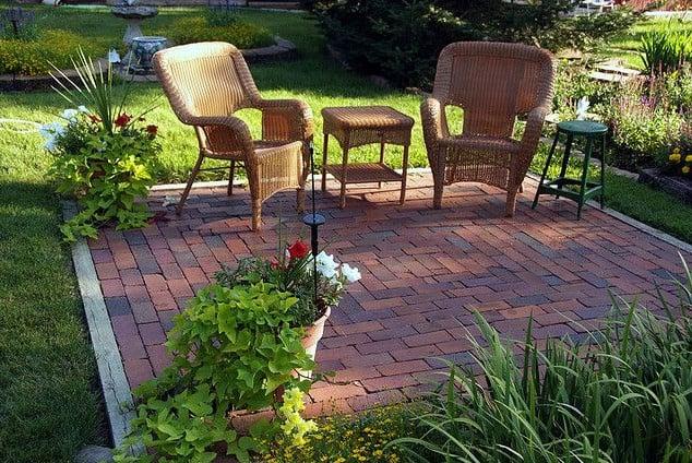 small backyard garden patio using bricks